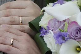 due mani con fedi e fiori